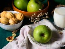 Todavía vida con las manzanas y las galletas Foto de archivo libre de regalías