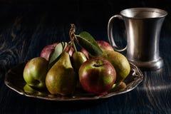 Todavía vida con las manzanas y las peras Imagenes de archivo
