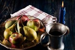 Todavía vida con las manzanas y las peras Fotos de archivo