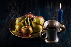 Todavía vida con las manzanas y las peras Imagen de archivo