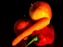 Todavía vida con las manzanas, las zanahorias y las pimientas fotos de archivo