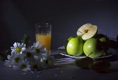 Todavía vida con las margaritas y las manzanas Imagen de archivo