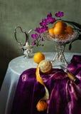Todavía vida con las orquídeas y las naranjas imagenes de archivo