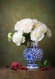 Todavía vida con las peonías blancas en un florero chino Fotos de archivo