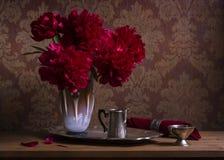 Todavía vida con las peonías de Borgoña en florero Imagen de archivo