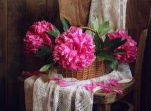 Todavía vida con las peonías rosadas que desmenuzan Imagen de archivo