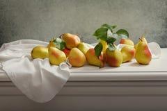 Todavía vida con las peras frescas en la tabla de madera Foto de archivo