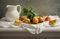 Todavía vida con las peras frescas en la tabla de madera Imagen de archivo libre de regalías