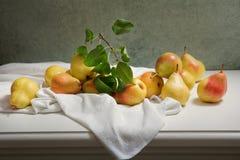 Todavía vida con las peras frescas con las hojas fotos de archivo libres de regalías