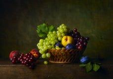 Todavía vida con las peras, las uvas y los ciruelos Fotos de archivo