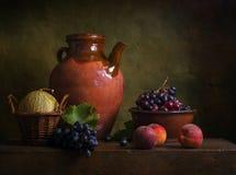 Todavía vida con las peras y las uvas Fotos de archivo