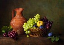 Todavía vida con las peras y las uvas Imagen de archivo
