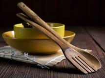 Todavía vida con las placas y las espátulas para la tabla de la comida Imágenes de archivo libres de regalías