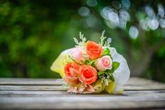 Todavía vida con las rosas artificiales hermosas Imagen de archivo