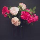Todavía vida con las rosas en un florero Imagen de archivo libre de regalías