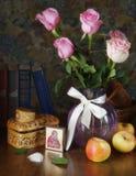 Todavía vida con las rosas en un florero y un icono de la madre Maria Imagen de archivo libre de regalías