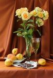 Todavía vida con las rosas y el vidrio de vino Imagen de archivo