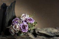 Todavía vida con las rosas y la madera púrpuras Imagenes de archivo