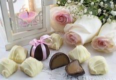 Todavía vida con las rosas y los caramelos Fotografía de archivo