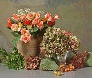 Todavía vida con las rosas y los hortensias Foto de archivo