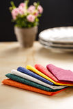 Todavía vida con las servilletas de tabla de papel coloridas Foto de archivo