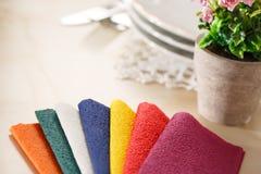 Todavía vida con las servilletas de tabla de papel coloridas Imagen de archivo