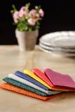 Todavía vida con las servilletas de tabla de papel coloridas Imagen de archivo libre de regalías