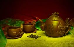 Todavía vida con las tazas, platillos, un infuser del té de la arcilla hecha a mano Foto de archivo libre de regalías