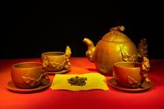 Todavía vida con las tazas, platillos, un infuser del té de la arcilla hecha a mano Fotos de archivo