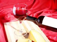 Todavía vida con las uvas de vino rojo y los chees en la tabla de madera Fotografía de archivo