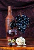 Todavía vida con las uvas y las botellas de un vino Foto de archivo libre de regalías