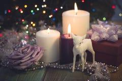 Todavía vida con las velas ardientes, las decoraciones de la Navidad y una caja de regalo Imágenes de archivo libres de regalías