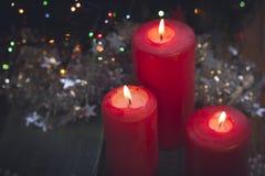 Todavía vida con las velas ardientes rojas Foto de archivo