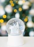 Todavía vida con las velas de la bola y de la decoración de la nieve Imagenes de archivo