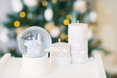 Todavía vida con las velas de la bola y de la decoración de la nieve Foto de archivo