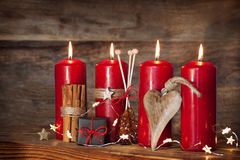 Todavía vida con las velas rojas del advenimiento Imágenes de archivo libres de regalías