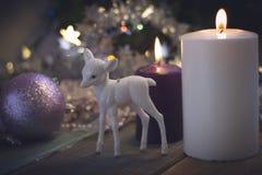 Todavía vida con las velas y las bolas del árbol de navidad Imagen de archivo libre de regalías