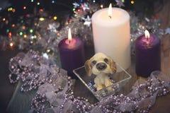 Todavía vida con las velas y las decoraciones ardientes de la Navidad Fotos de archivo libres de regalías