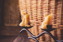 Todavía vida con las velas y la cesta de mimbre foto de archivo