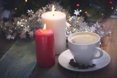 Todavía vida con las velas y la taza de café Foto de archivo