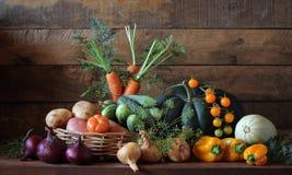 Todavía vida con las verduras en la tabla Foto de archivo