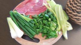 Todavía vida con las verduras y la carne en el tablero de madera Foto de archivo libre de regalías
