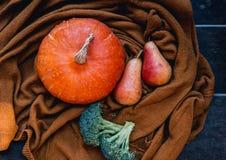 Todavía vida con las verduras y las frutas en el fondo de acogedor Imágenes de archivo libres de regalías