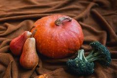 Todavía vida con las verduras y las frutas en el fondo de acogedor Fotografía de archivo libre de regalías