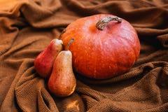Todavía vida con las verduras y las frutas en el fondo de acogedor Imagenes de archivo