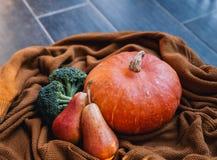 Todavía vida con las verduras y las frutas en el fondo de acogedor Imagen de archivo libre de regalías