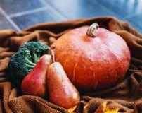 Todavía vida con las verduras y las frutas en el fondo de acogedor Fotografía de archivo