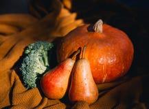 Todavía vida con las verduras y las frutas en el fondo de acogedor Foto de archivo
