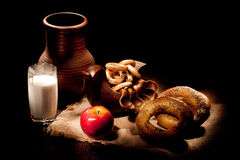Todavía vida con leche y pan Imagenes de archivo