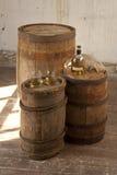 Todavía vida con los barriles y el whisky del roble Fotos de archivo libres de regalías
